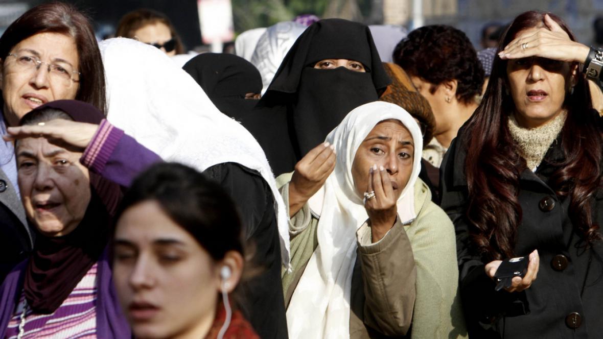 Egypťané stojí ve frontě na hlasování o nové ústavě
