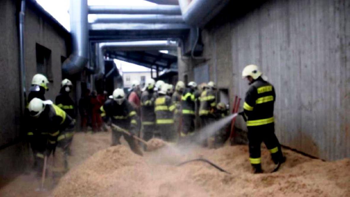 Hasiči zachraňovali muže z hromady pilin