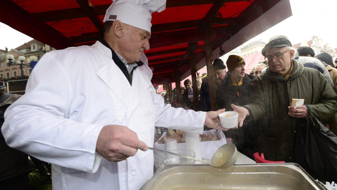 Primátor Svoboda nalévá polévku