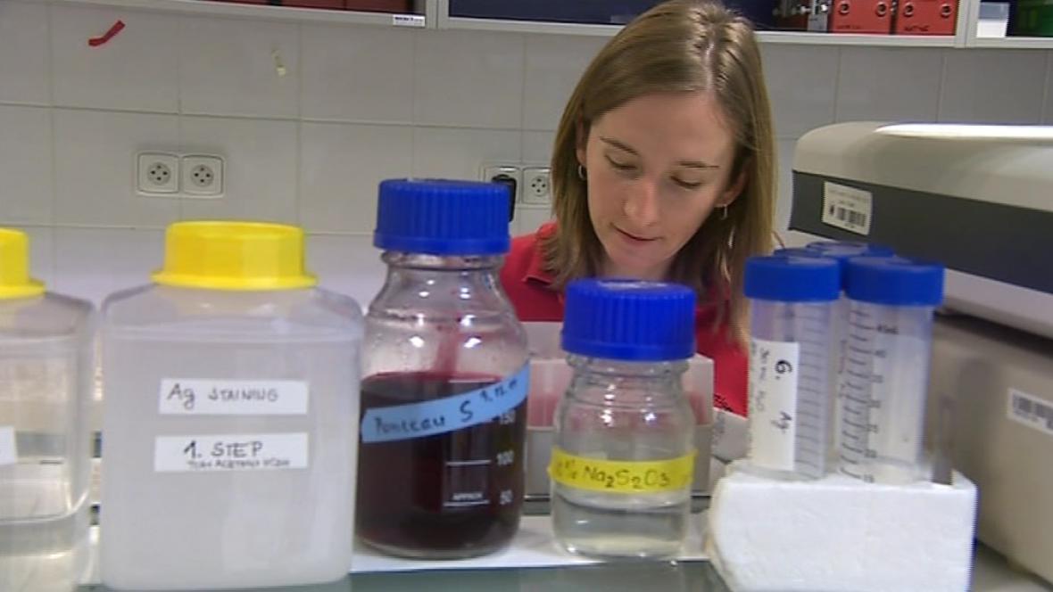 Veronika Altmannová při práci v laboratoři