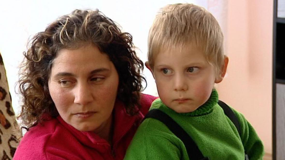 Jedna z matek z azylového domu