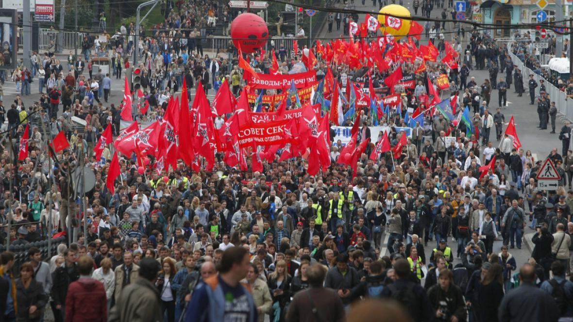 Ulicemi Moskvy pochodují tisíce lidí