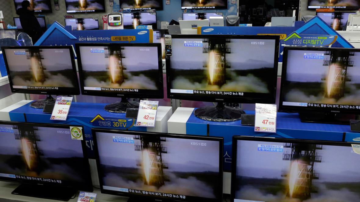 Televizní zprávy o odpálení severokorejské rakety