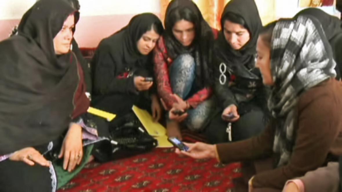 Afghánky s mobilními telefony