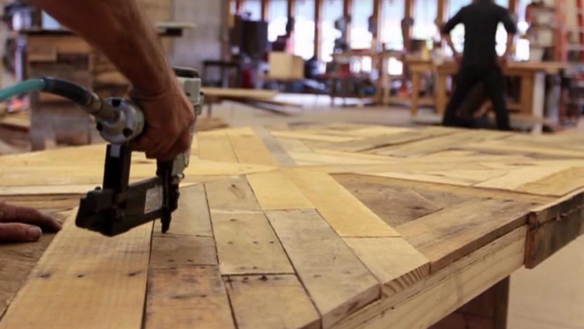 Bezdomovci pracují se starým dřevem