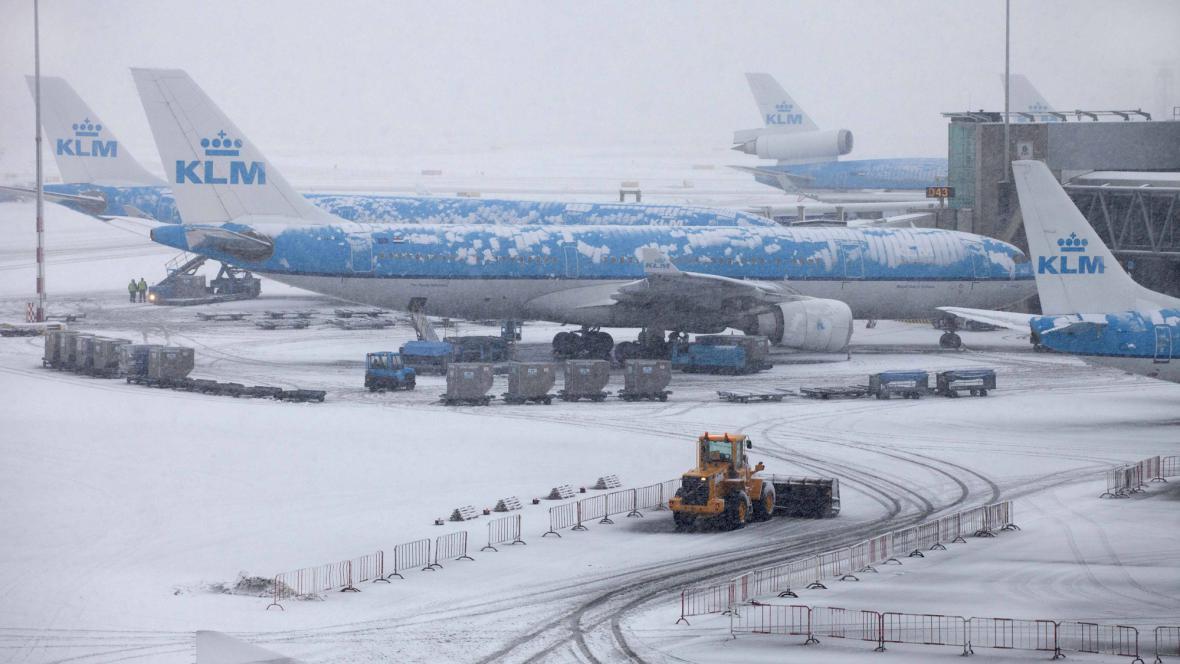 Zasněžené letiště v Amsterodamu