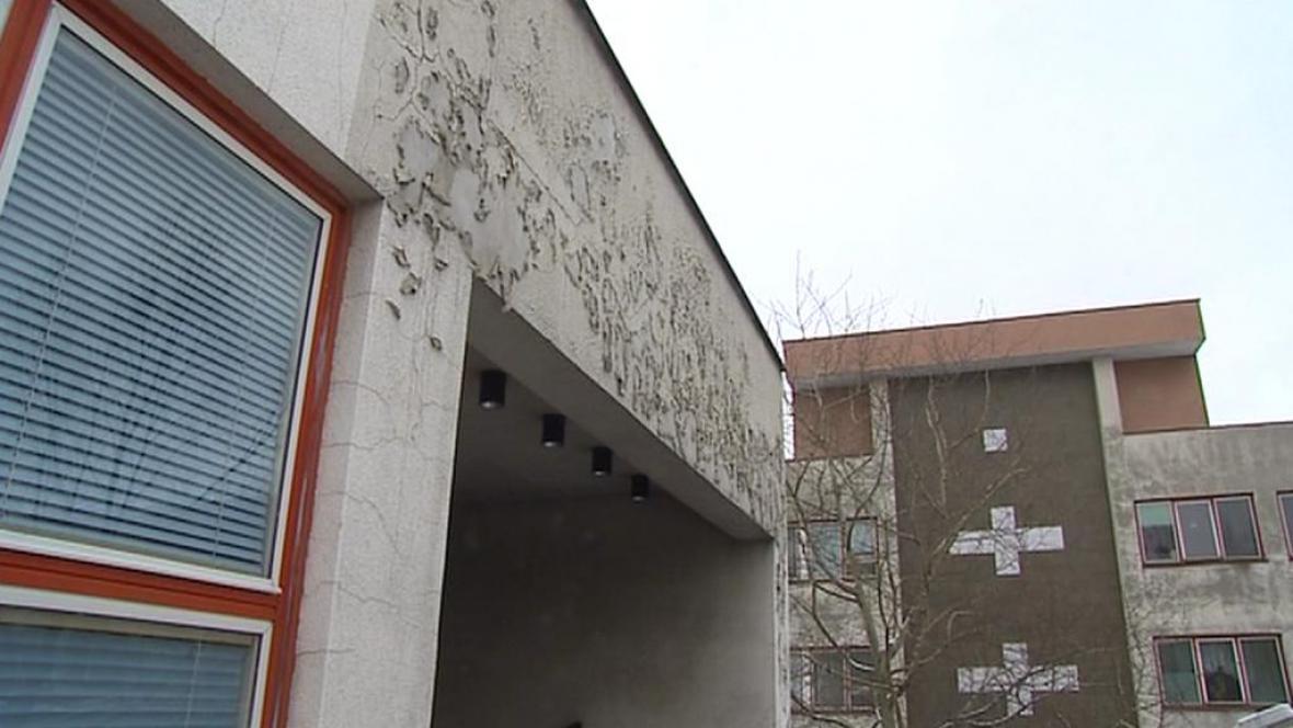 Oprýskaná fasáda českolipské nemocnice
