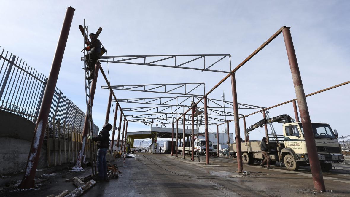 Stavba hraničního přechodu na hranicích Kosova se Srbskem