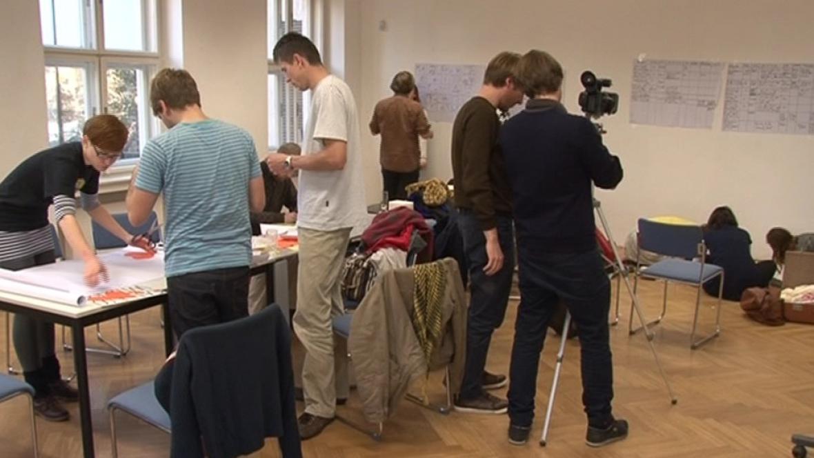 Účastníci workshopu se chystají na natáčení