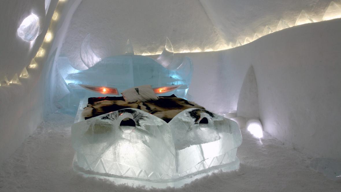 Takhle vypadala dračí postel v ledovém hotelu v roce 2008