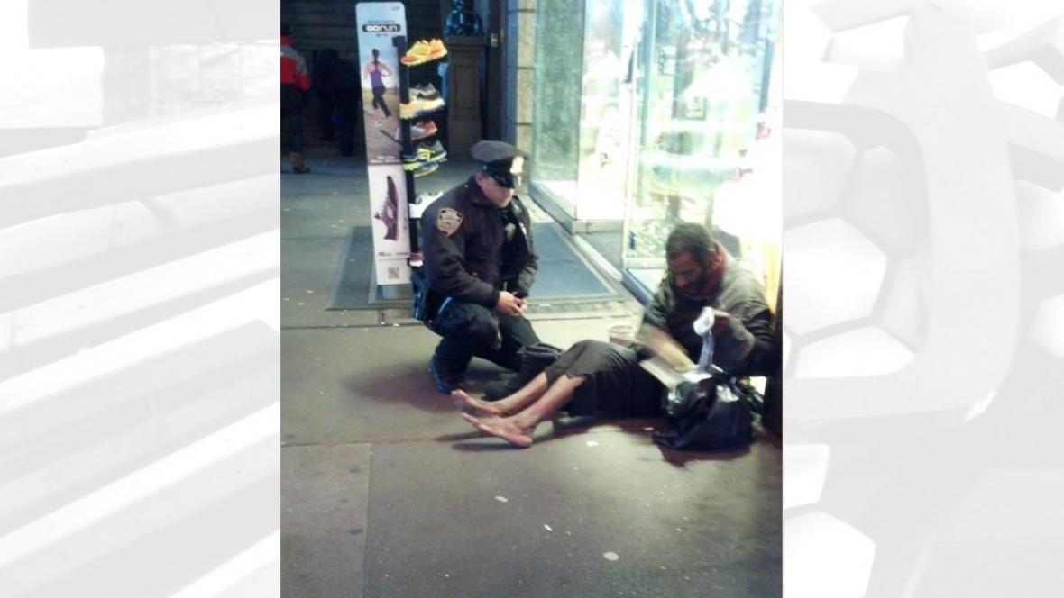 Policista koupil bezdomovci zimní boty