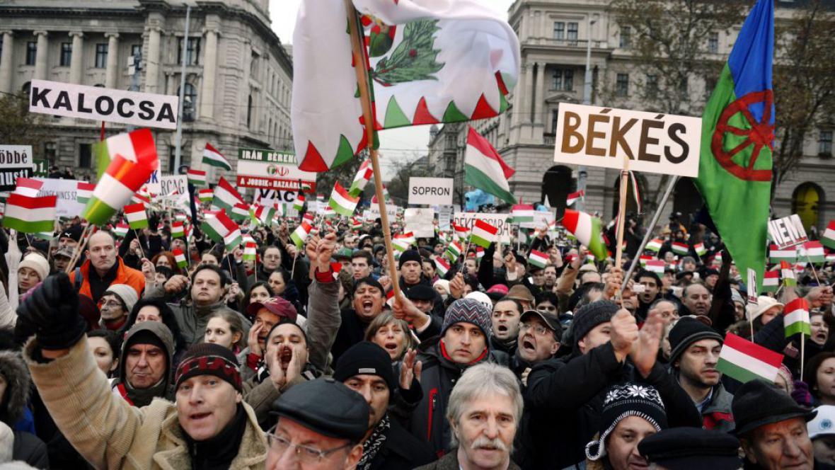 Demonstrace před maďarským parlamentem