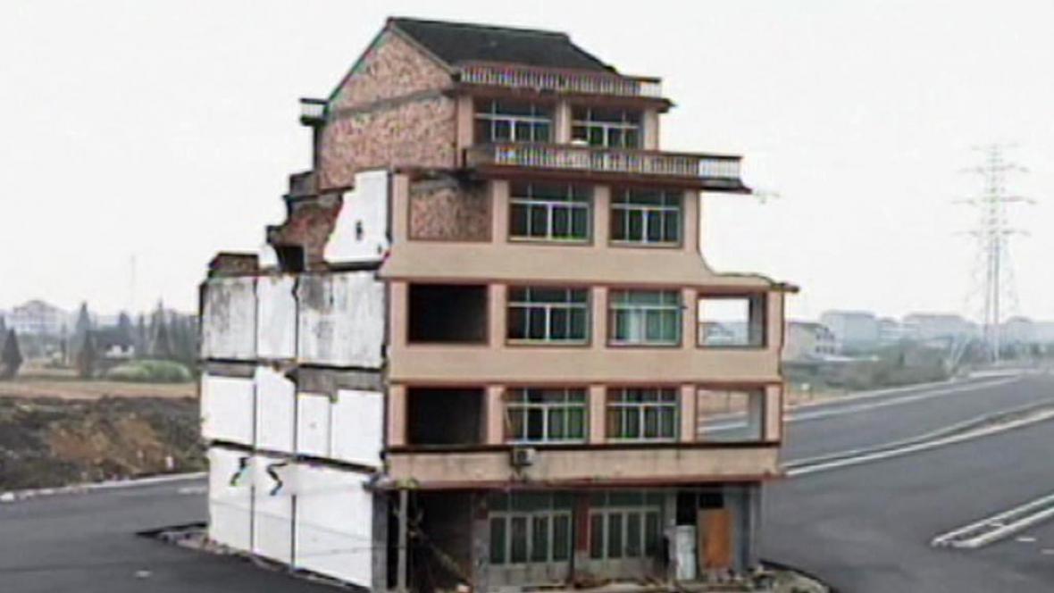 Dům stojící uprostřed dálnice