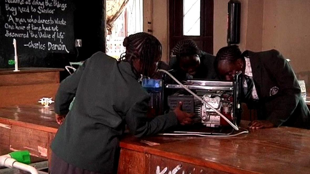 Nigerijští studenti vyrábí elektřinu z moči