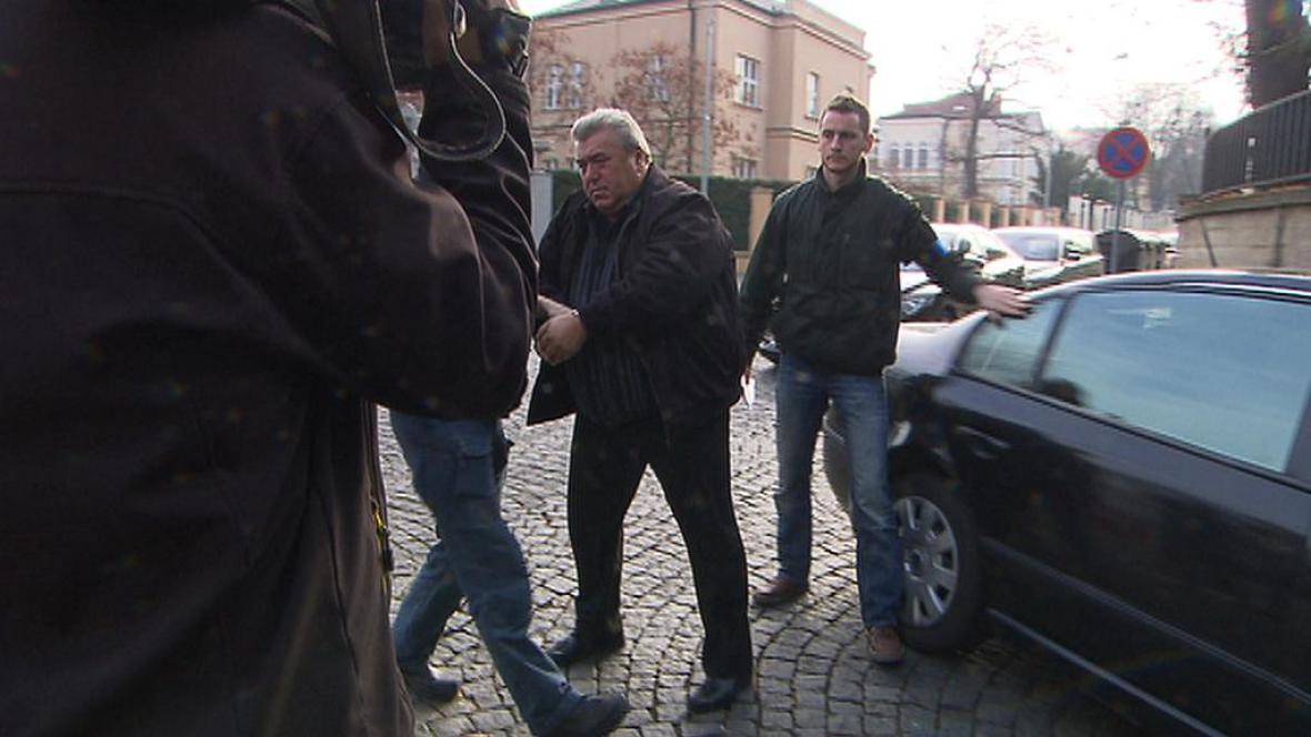 Muž, který údajně nabídl úplatek za propuštění syna z vazby