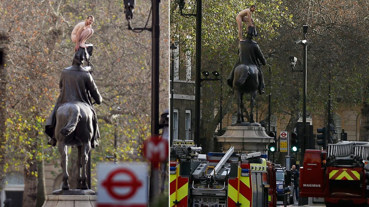 Naháč na londýnské soše vévody z Cambridge