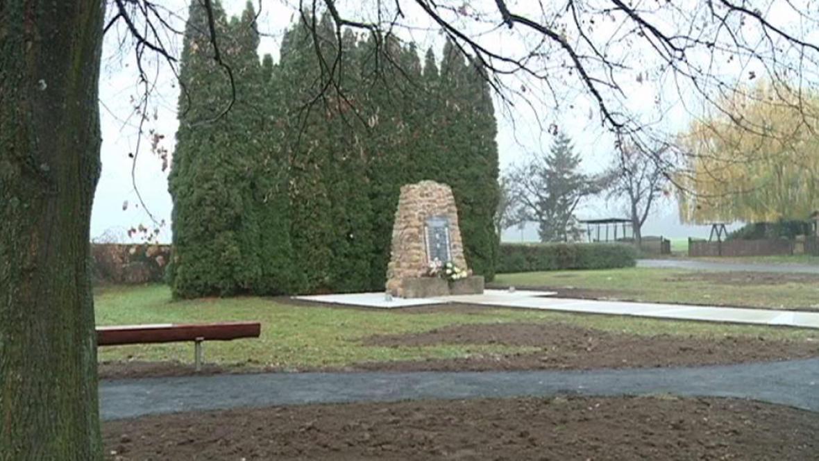 Památník obětem v obci Zákřov