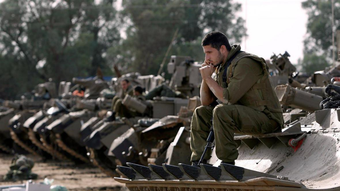 Izraelský voják vyčkávající poblíž hranice s pásmem Gaza