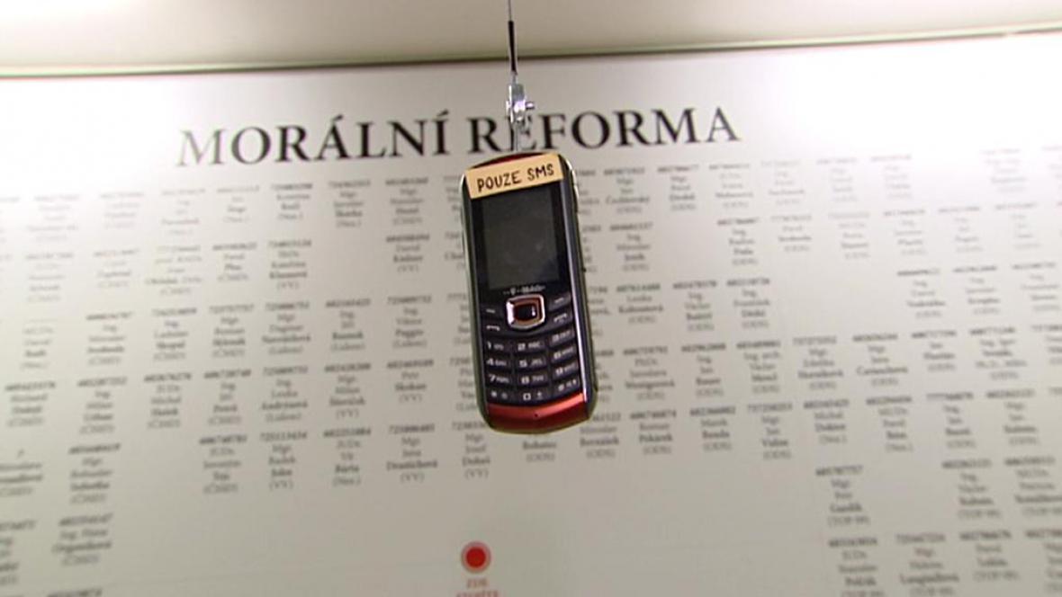 Ztohoven zveřejnila telefony politiků