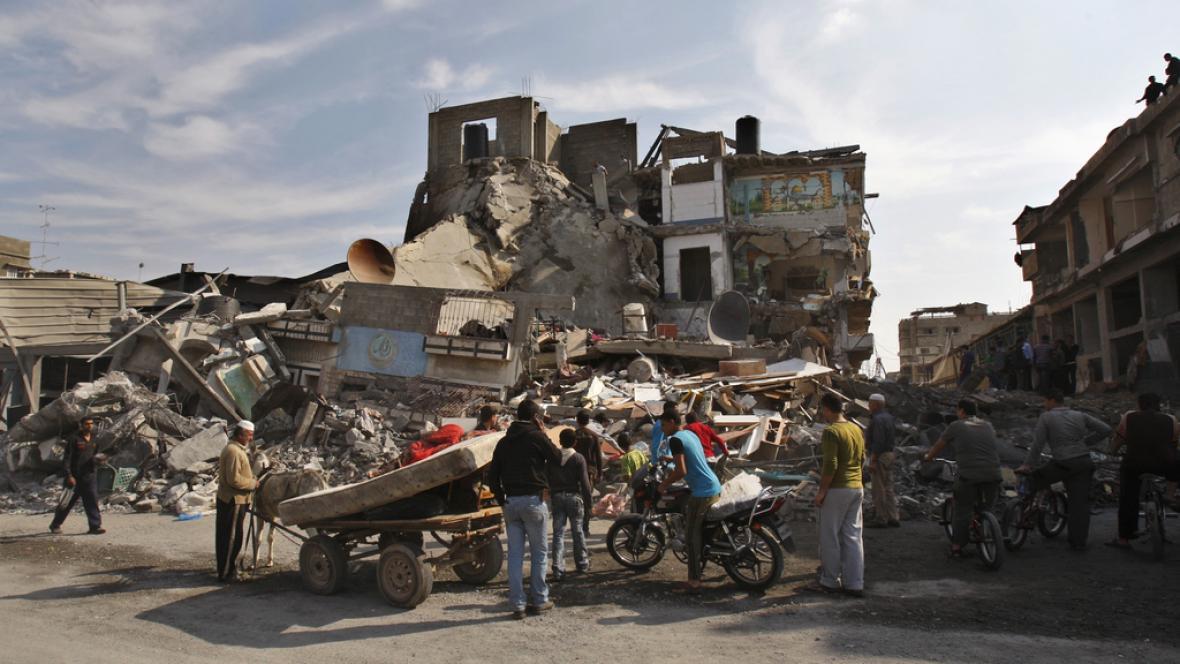 Palestinci si prohlíží dům zničený izraelským útokem