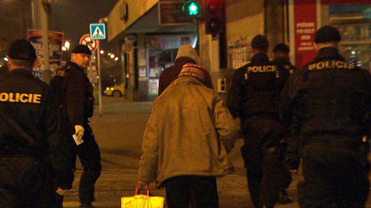 Bezdomovec s policisty