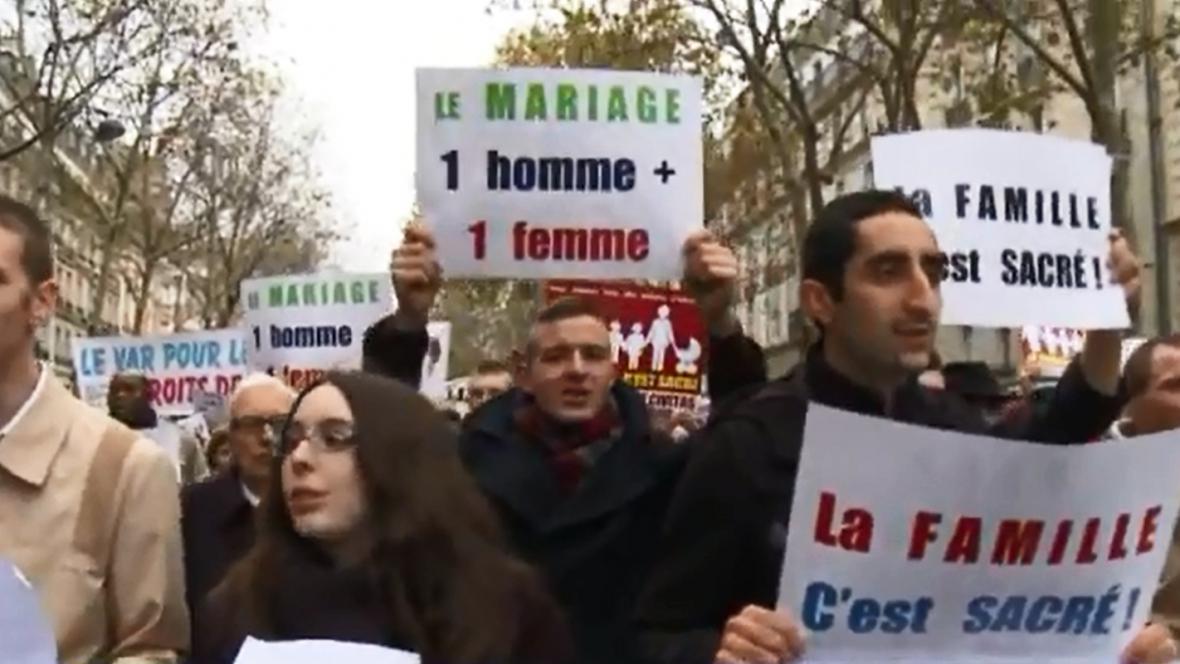 Tisíce Francouzů demonstrovaly proti sňatkům gayů