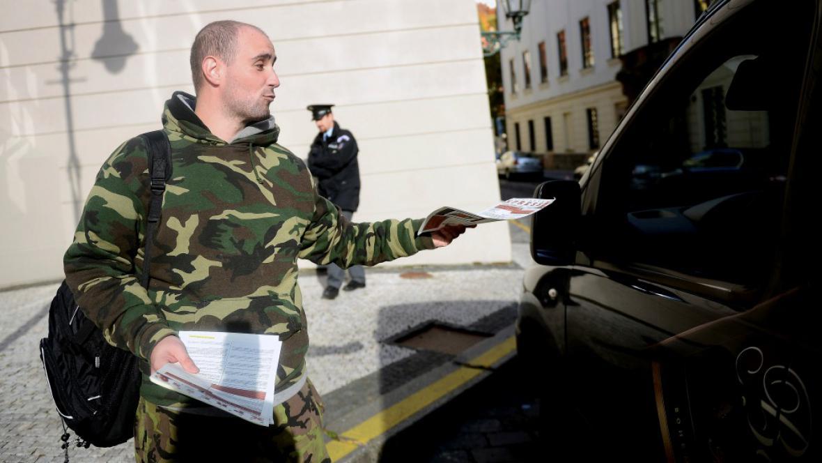 Pavel Vondrouš rozdává letáky s výpovědí prezidenta
