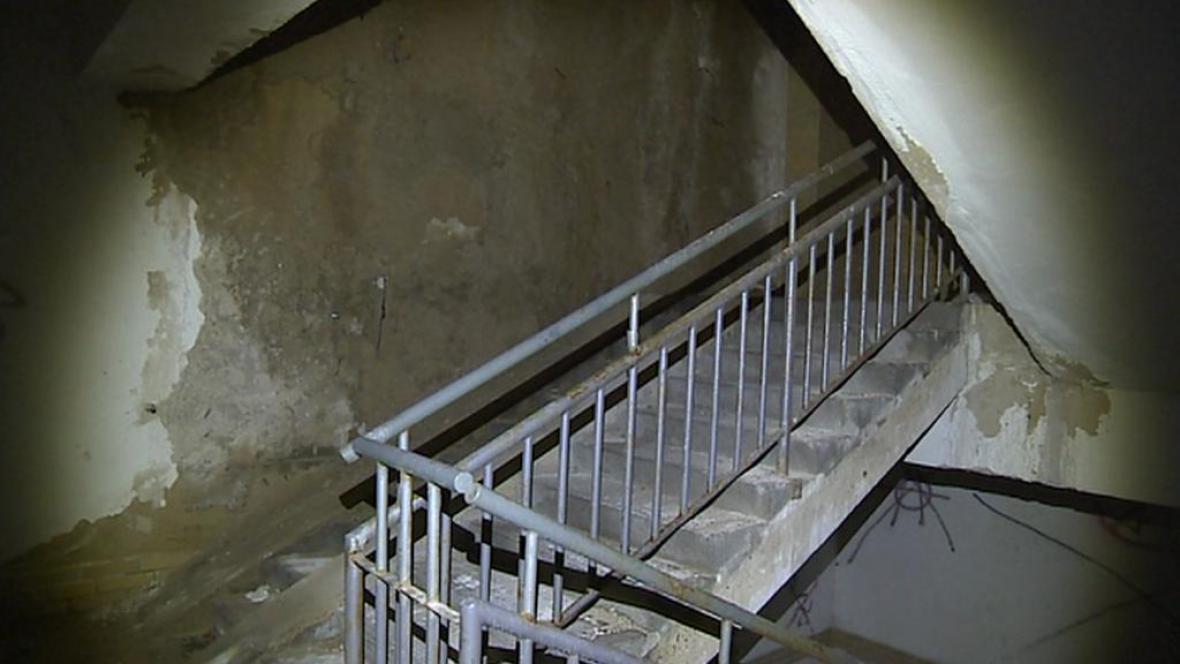 Zdevastovaný interiér podchodu pro pěší