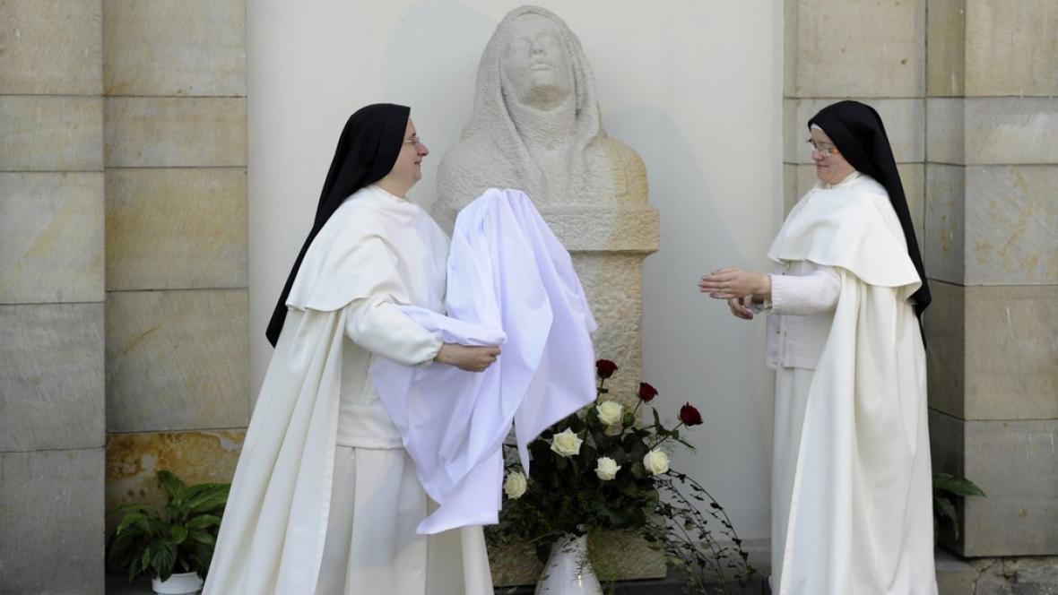 Sestry premonstrátky odhalují sochu