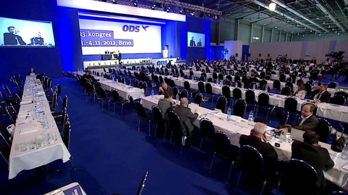 Poloprázdný sál při večerním jednání kongresu ODS