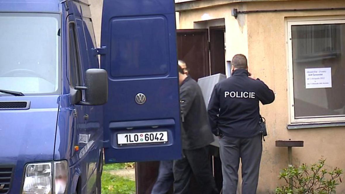 Policisté vystěhovávají služebnu v Černovické ulici
