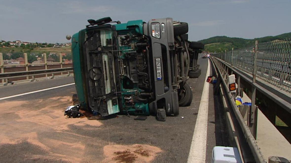 Na dálnici havaroval kamion