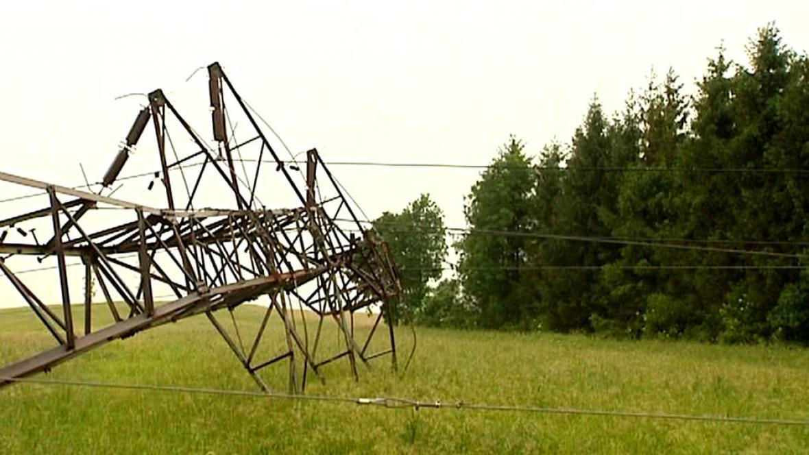 Spadlý stožár elektrického vedení