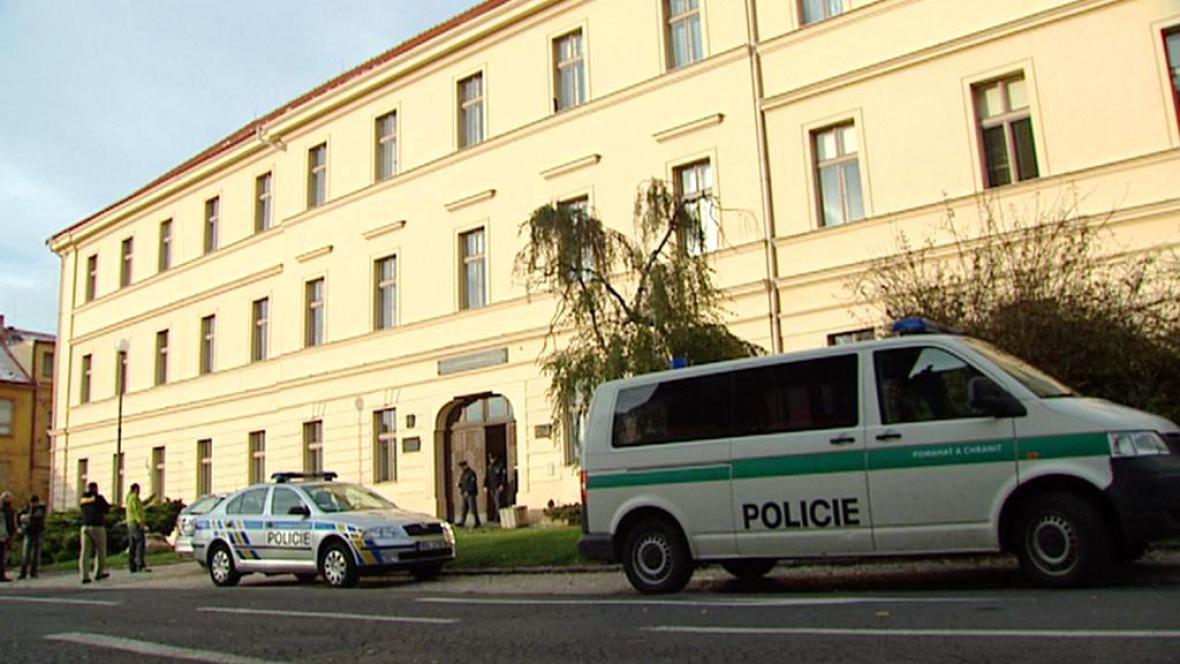 Policejní vozy před Gymnáziem Zikmunda Wintra