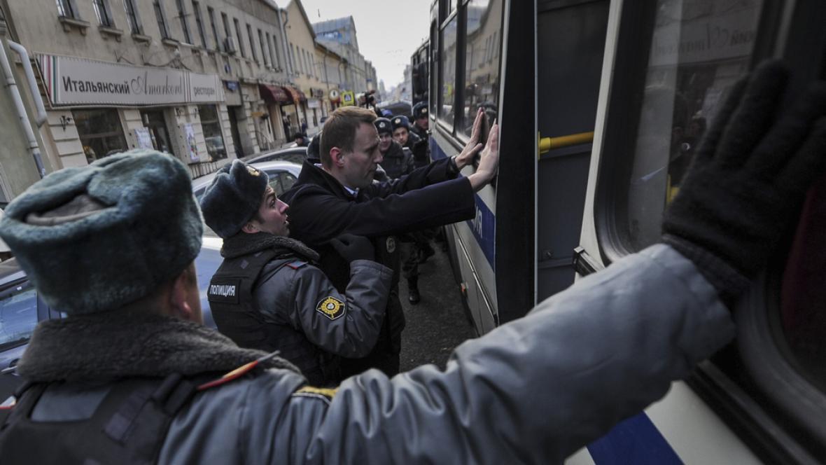 Alexej Navalnyj v rukou policie