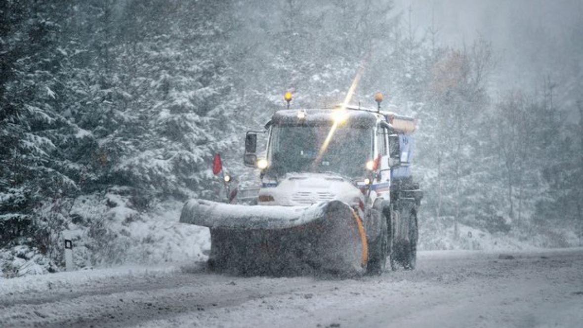 Sníh komplikuje dopravu po celé zemi