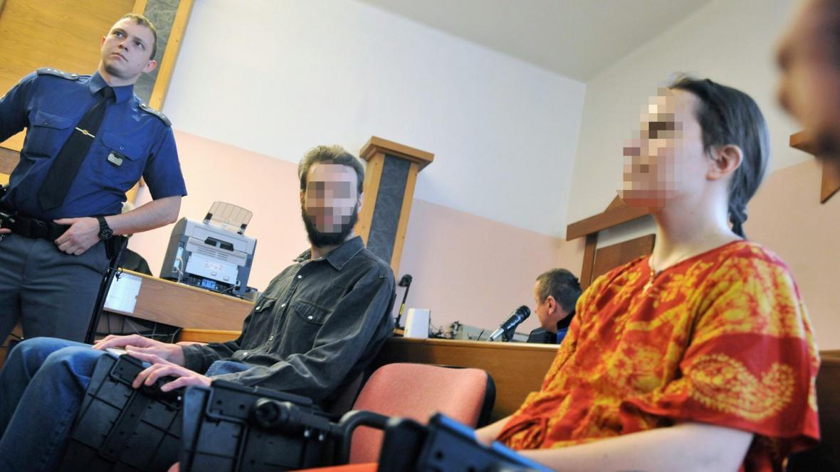 Obžalovaní rodiče u soudu