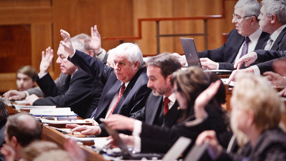 Senát projedná limity financí na volební kampaně