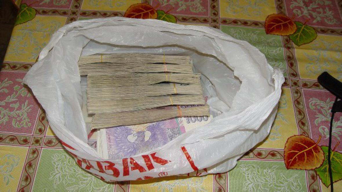 Milion korun našla policie u jednoho z obviněných v pračce