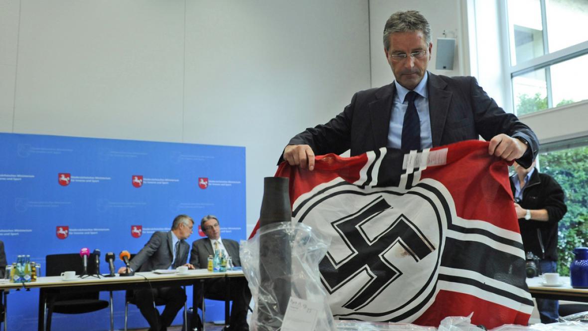 Policie zabavila vlajku neonacistické skupiny Besseres Hannover