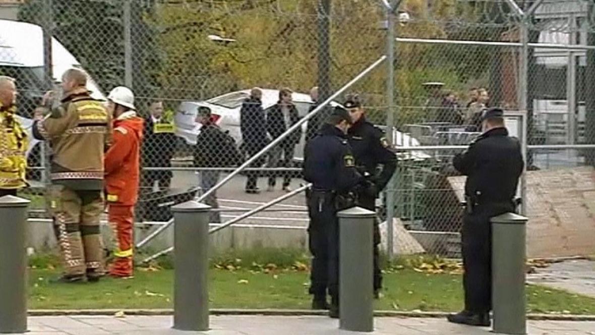 Švédská policie před ambasádou USA ve Stockholmu