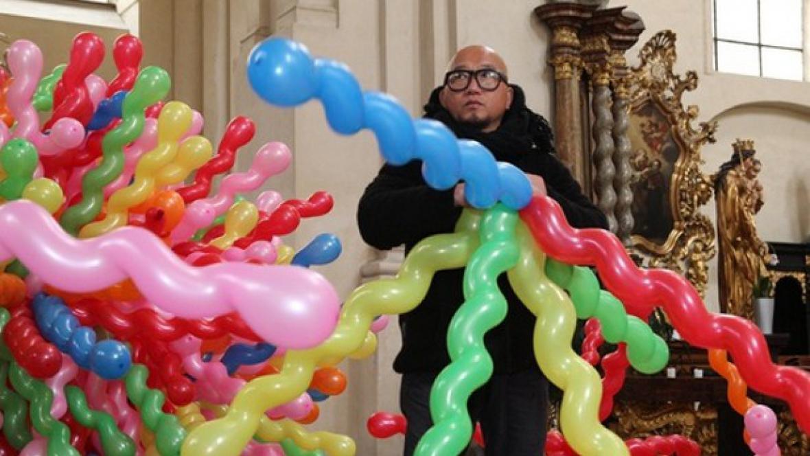 Choi Jeonghwa s instalací balonků v kostele Nejsvětějšího Salvátora