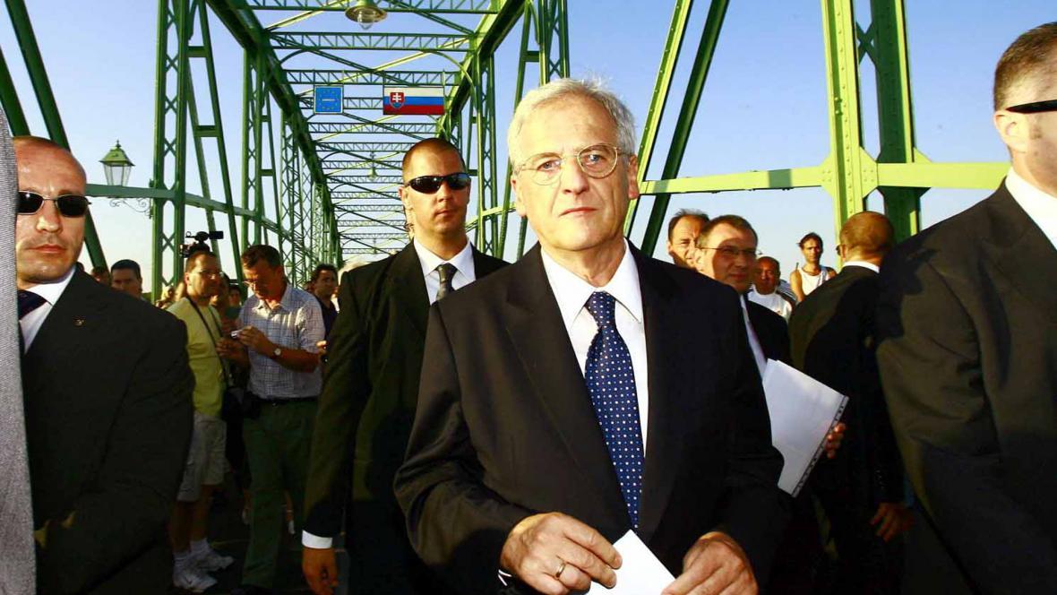 László Sólyom na hraničním mostě u Komárna