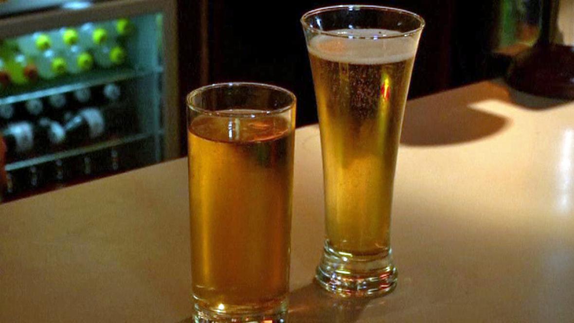 Má tvar sklenice vliv na rychlost pití?