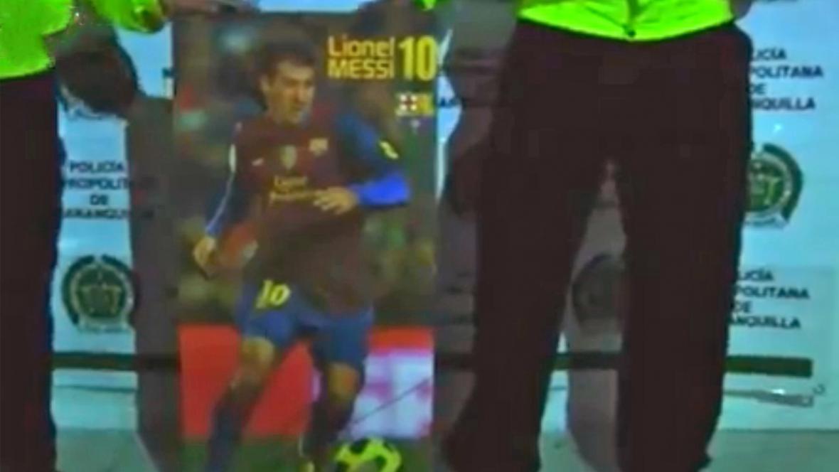 Policie s inkriminovaným plakátem Lionela Messiho