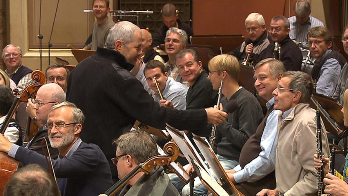 Zvídavý moderátor Marek Eben při zkoušce s Českou filharmonií