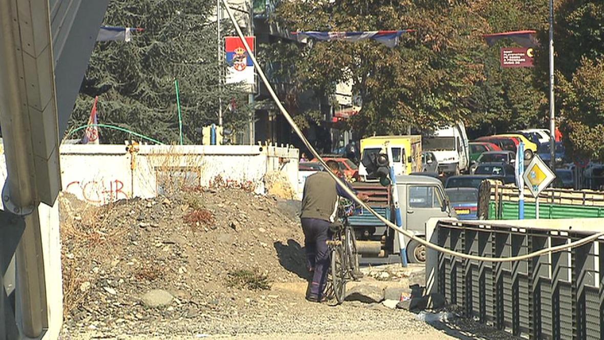 V kosovské Mitrovici jsou na silnicích stále zátarasy