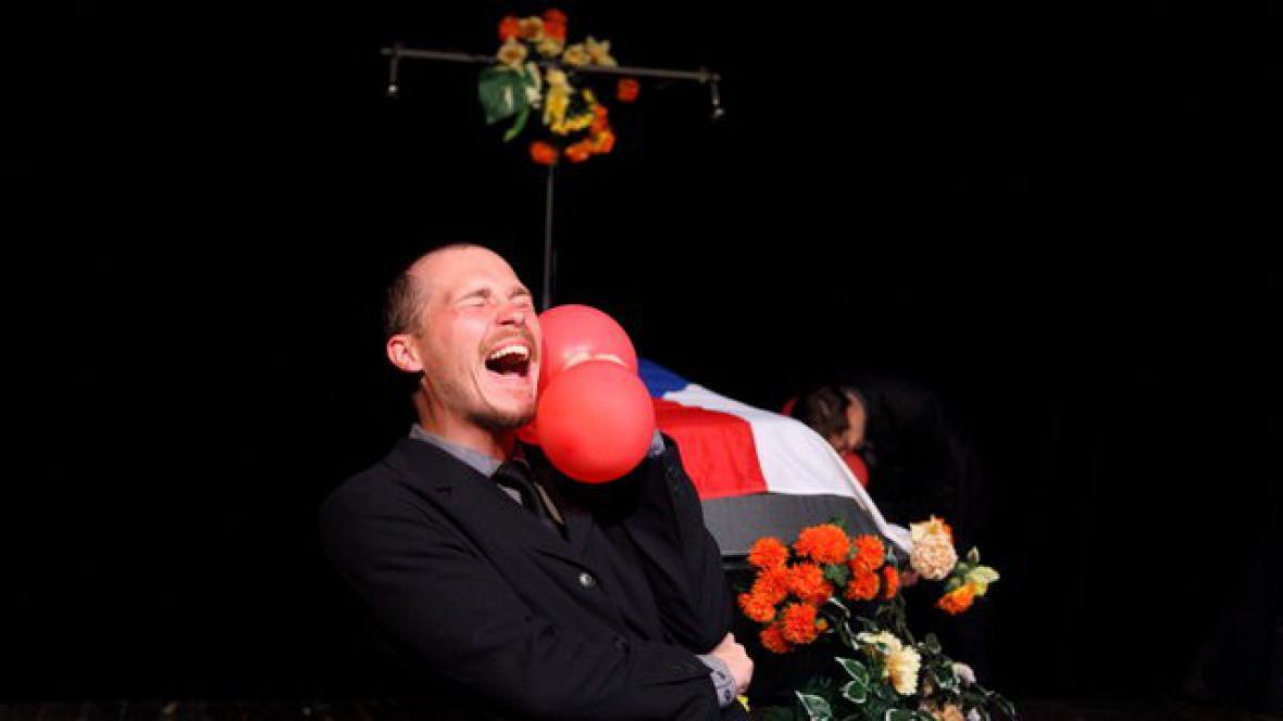 Divadlo Feste / Pohřbívání