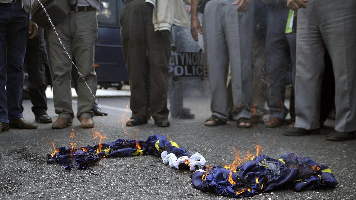 Řečtí penzisté spálili vlajku EU
