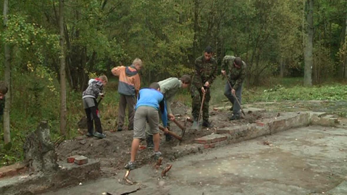 Skauti obnovují poutní místo ve Staré Vodě